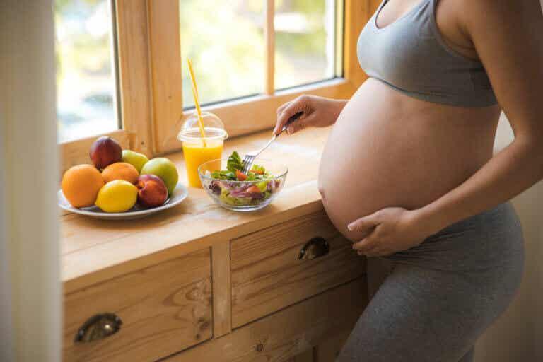 Qué alimentos comer y evitar durante el embarazo