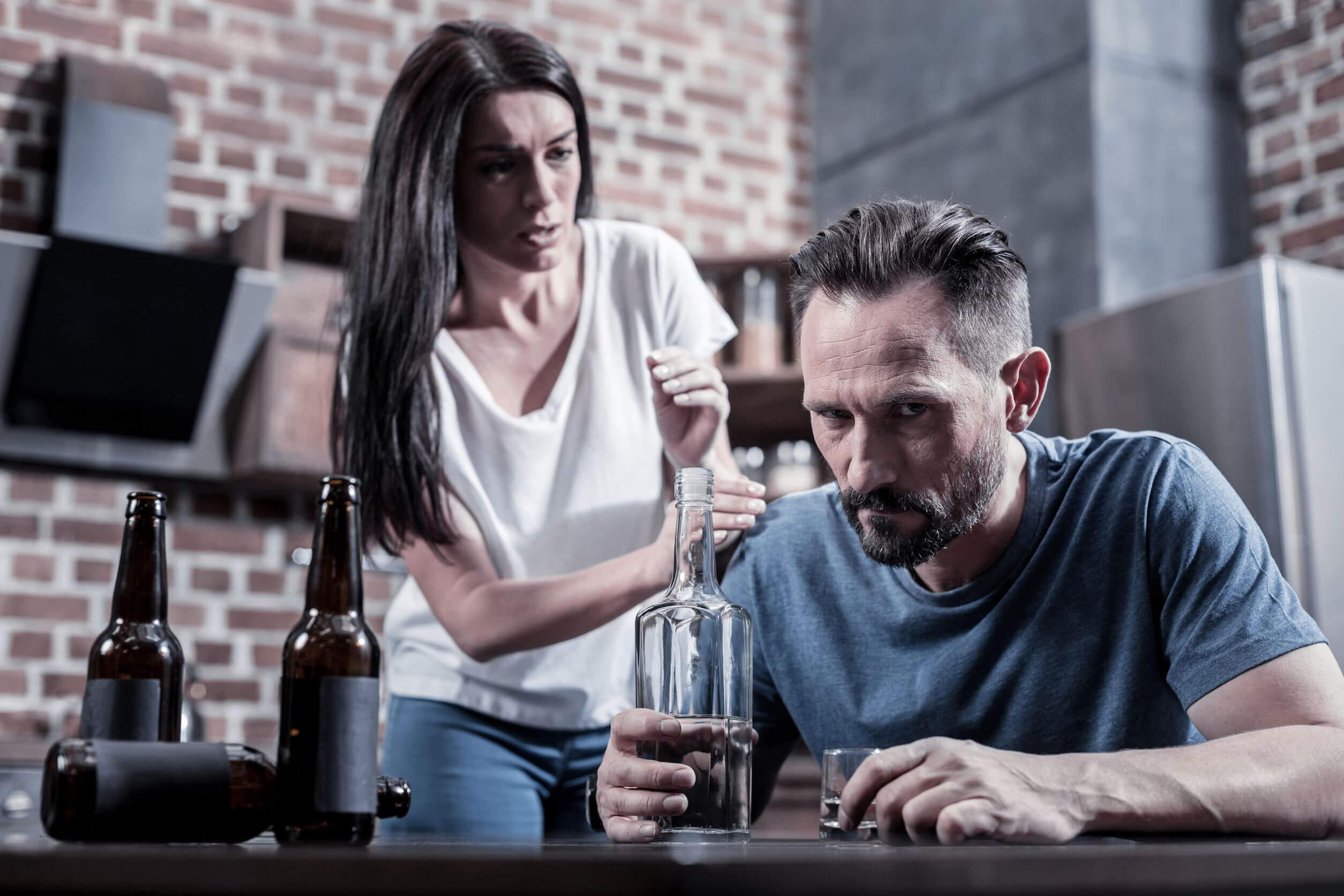 Os efeitos do álcool no cérebro podem levar a problemas de convivência.