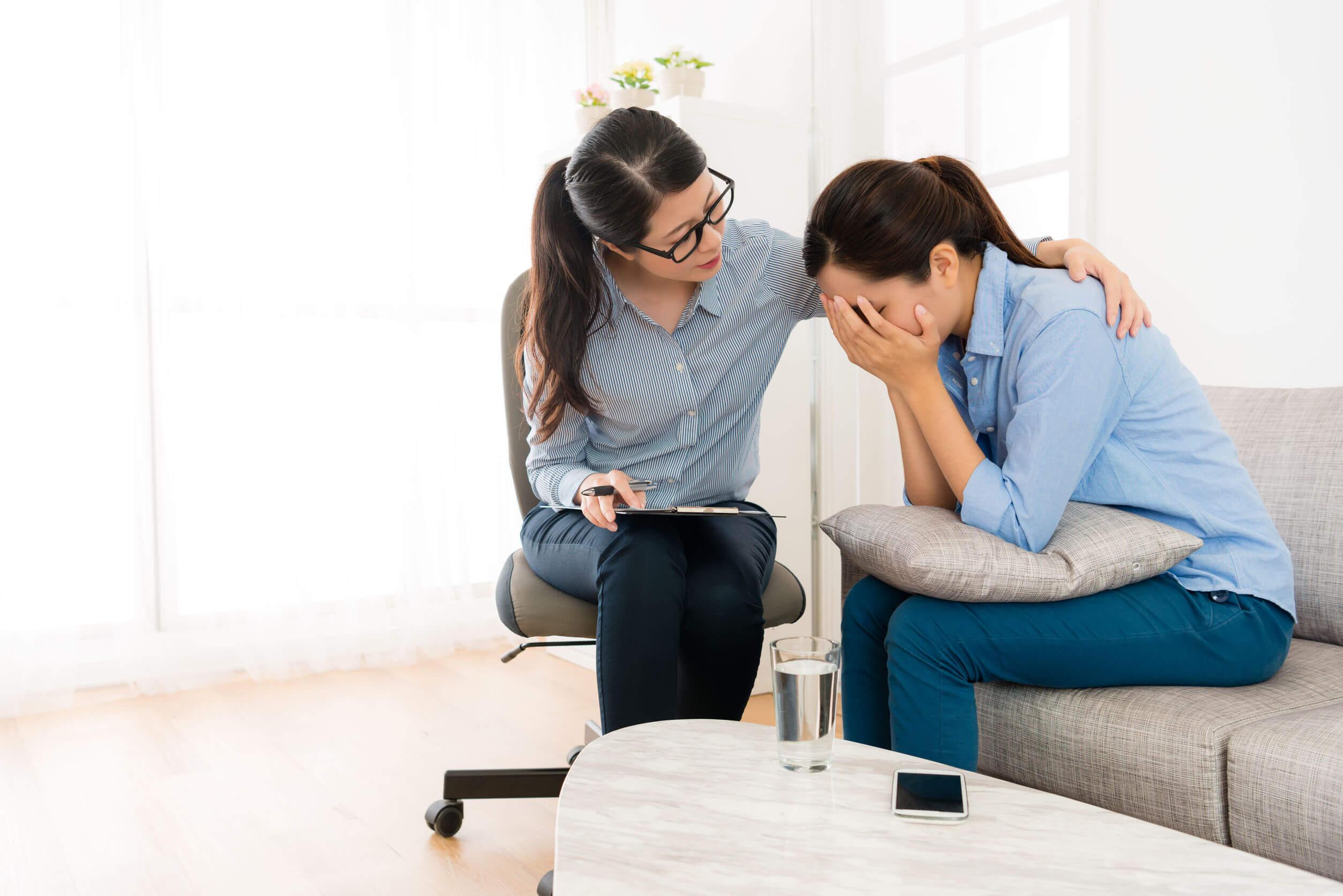 A depressão pós-parto requer cuidados profissionais.