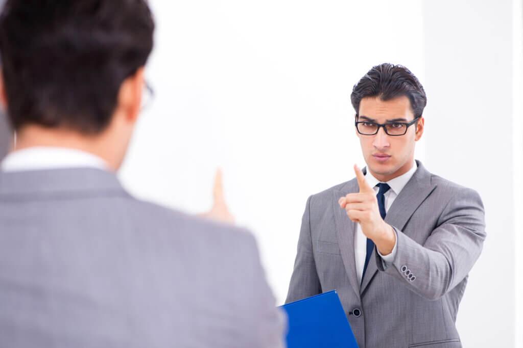 Hombre hablando con su reflejo en el espejo