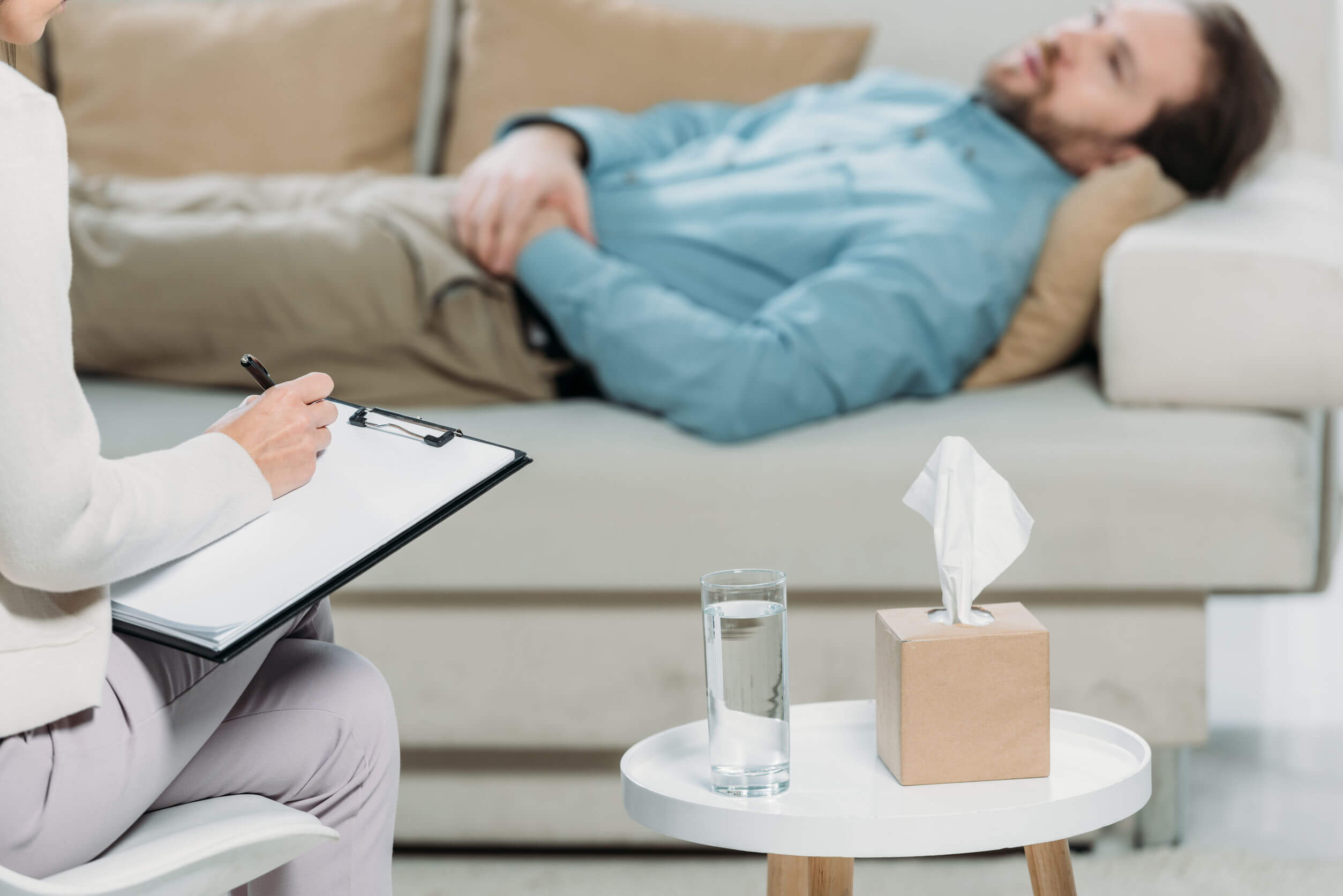 Un homme allongé en consultation psychologique.