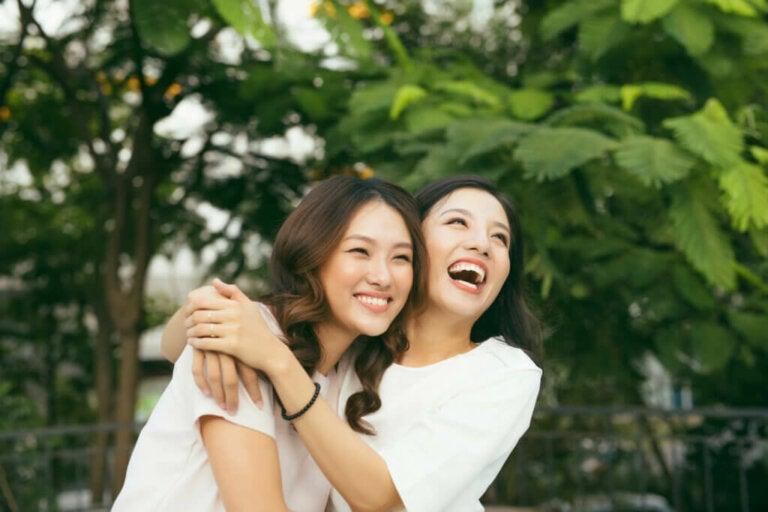 8 benefícios dos abraços de acordo com a ciência