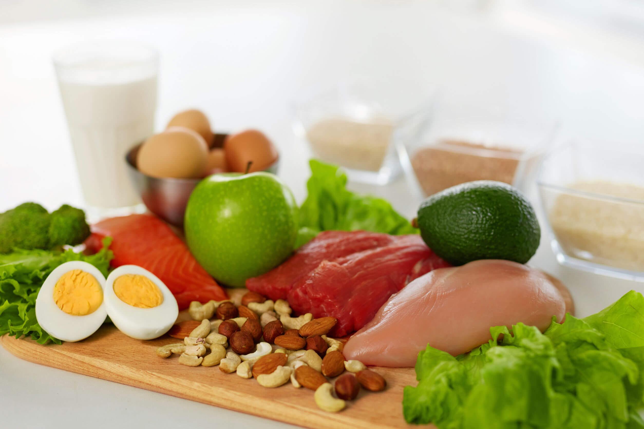 Gli alimenti biologici comprendono prodotti di origine vegetale e animale.