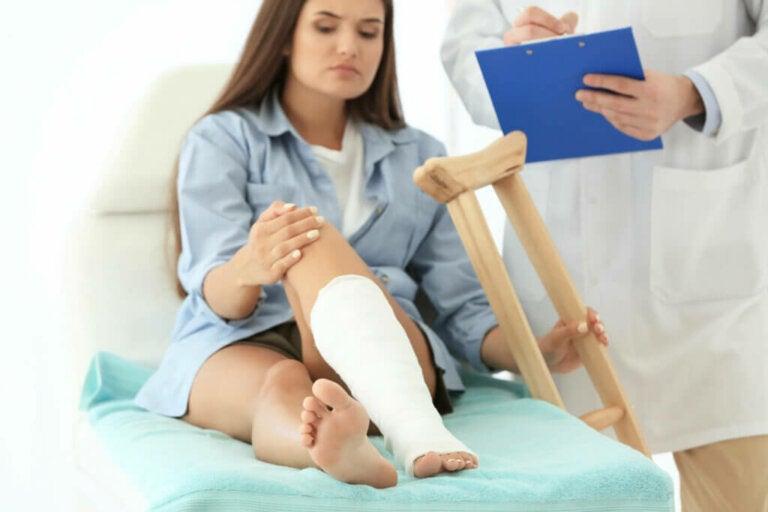 Les 10 types de fractures: causes, symptômes et traitements