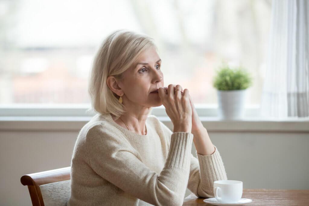 Une femme âgée dans ses pensées.