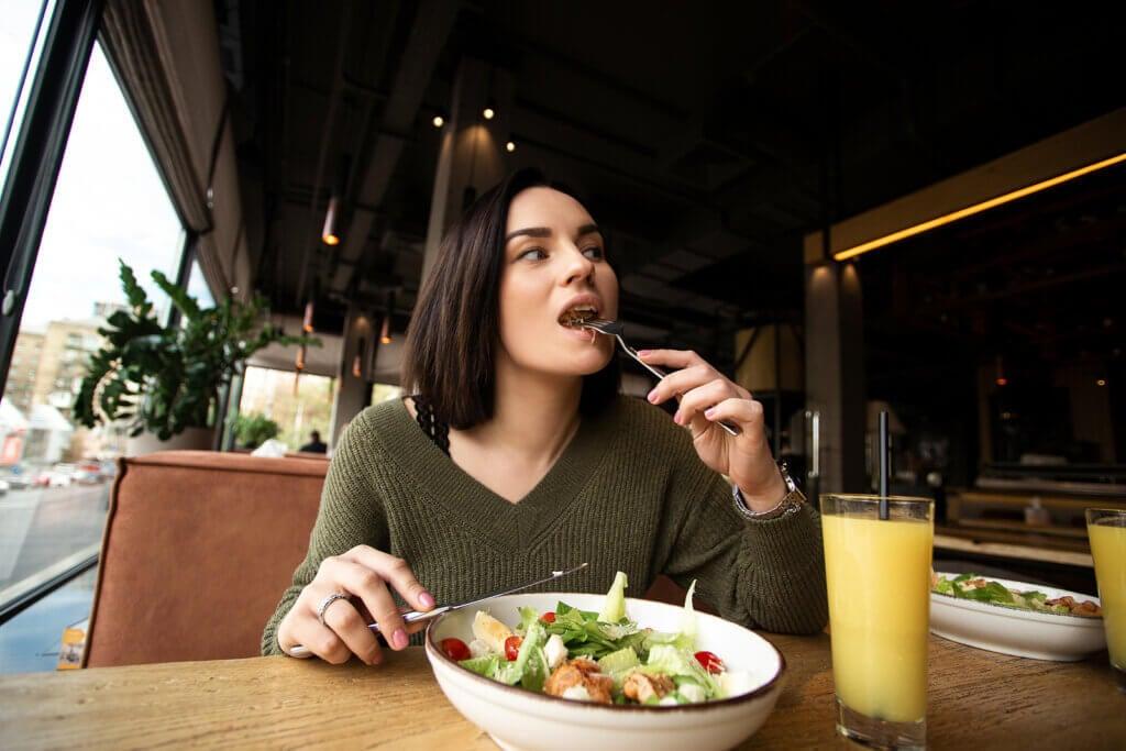Comer despacio es mejor, según la ciencia
