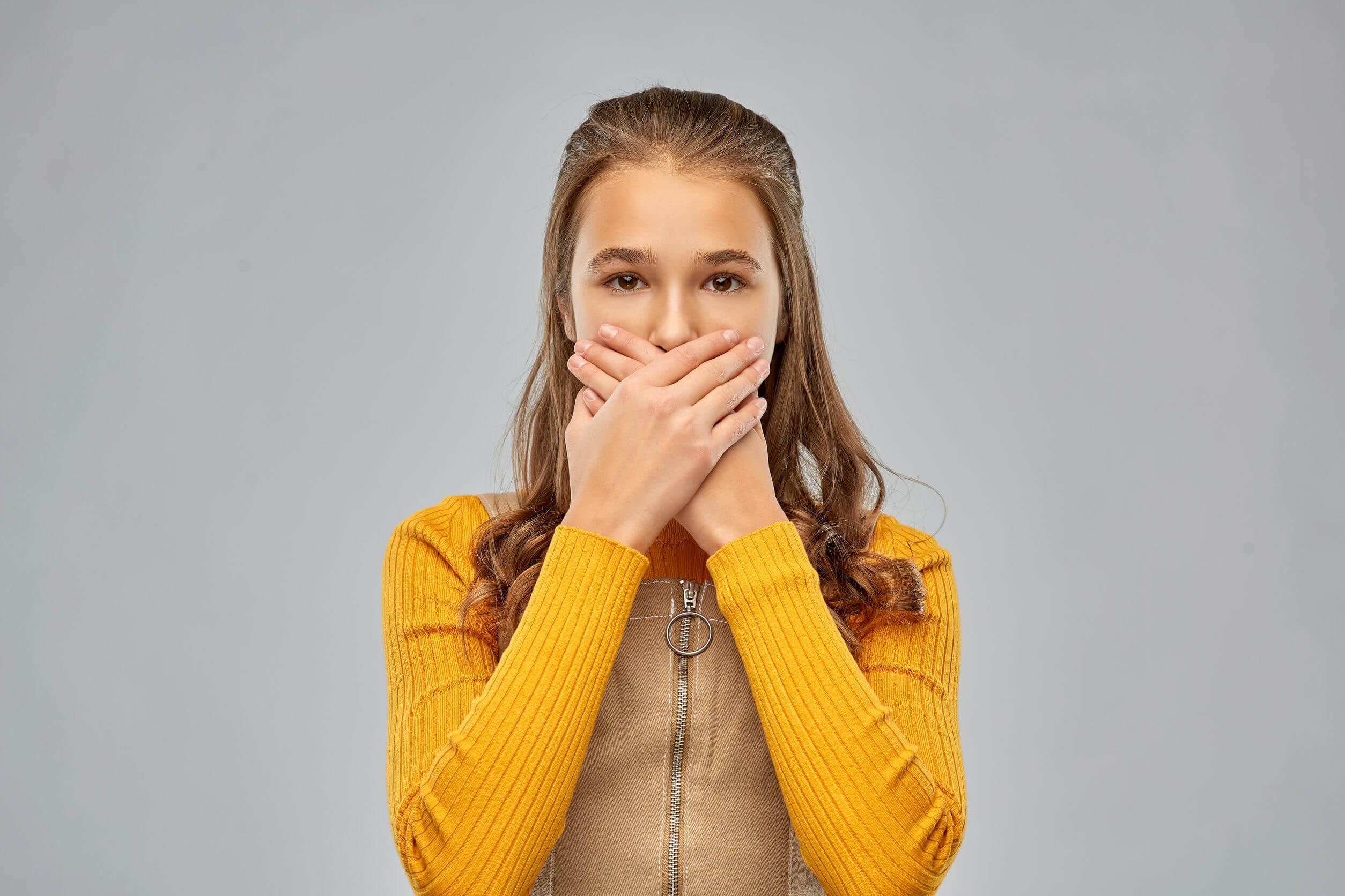 La gingivitis y la halitosis.