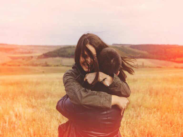 7 benefici del contatto fisico, secondo la scienza