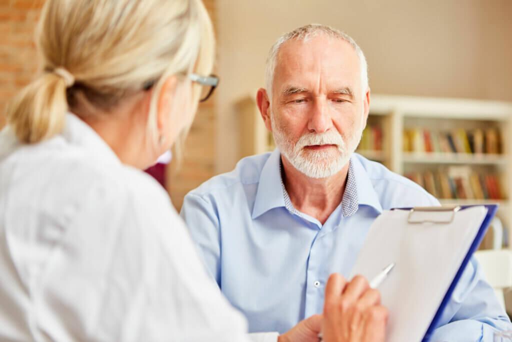 Consultation psychologique d'un homme âgé.