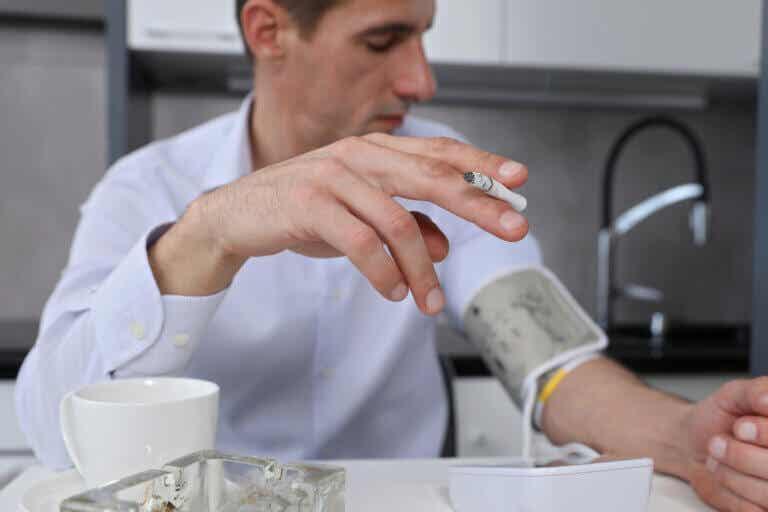 ¿Fumar aumenta la presión arterial?