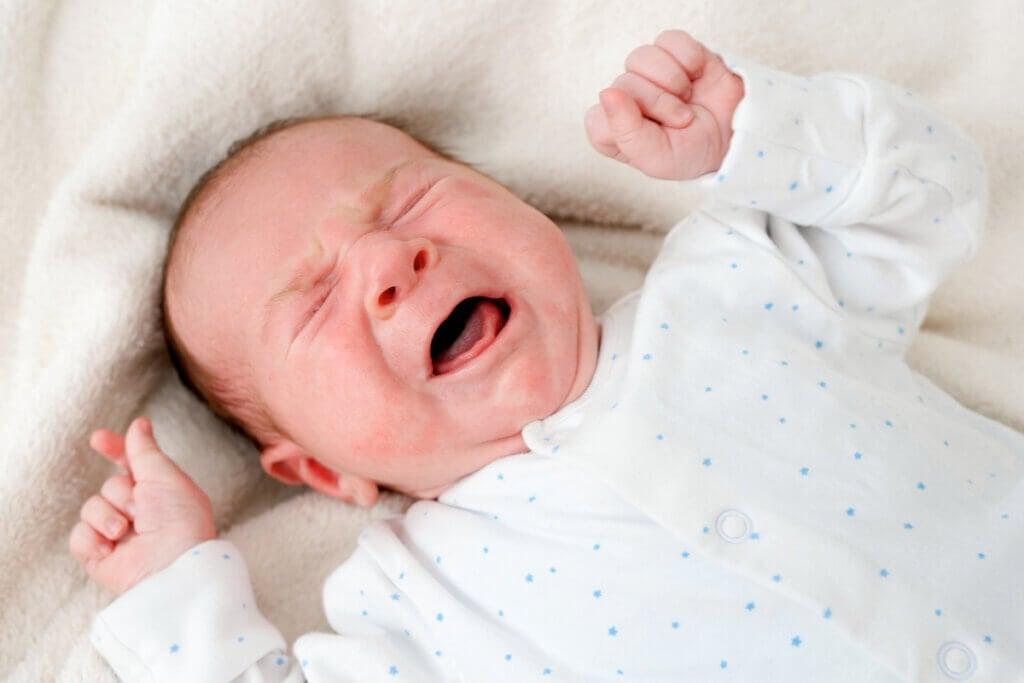 Llanto en recién nacido con hipoglucemia neonatal.