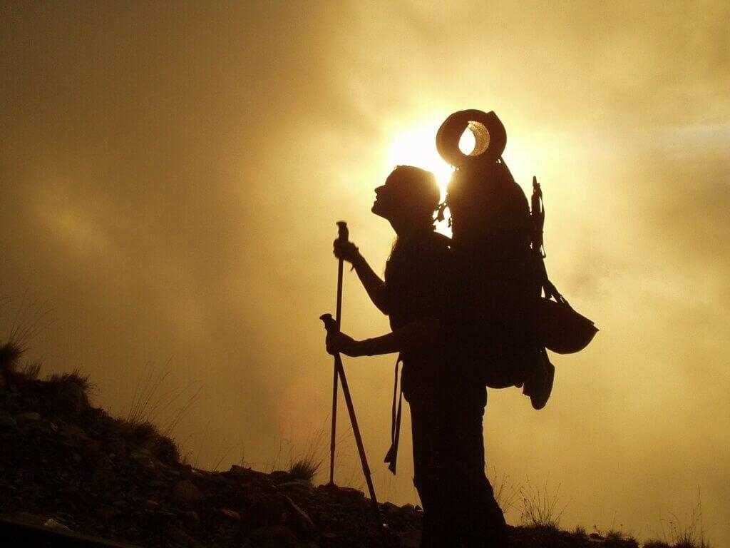 Une femme qui randonne dans la montagne.