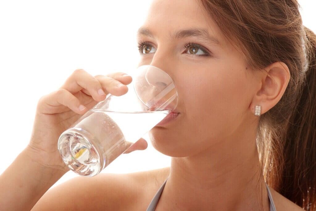 ¿Beber agua ayuda a tratar el acné?