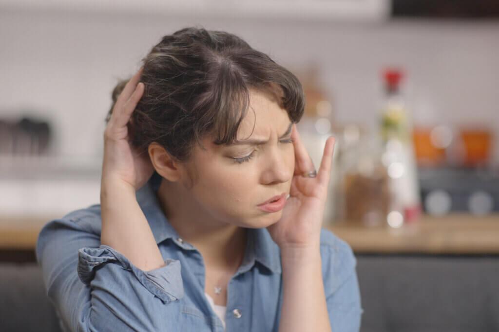 Donna con emicrania cronica