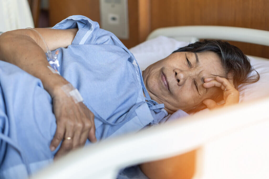 Une femme qui se repose dans un lit d'hôpital.