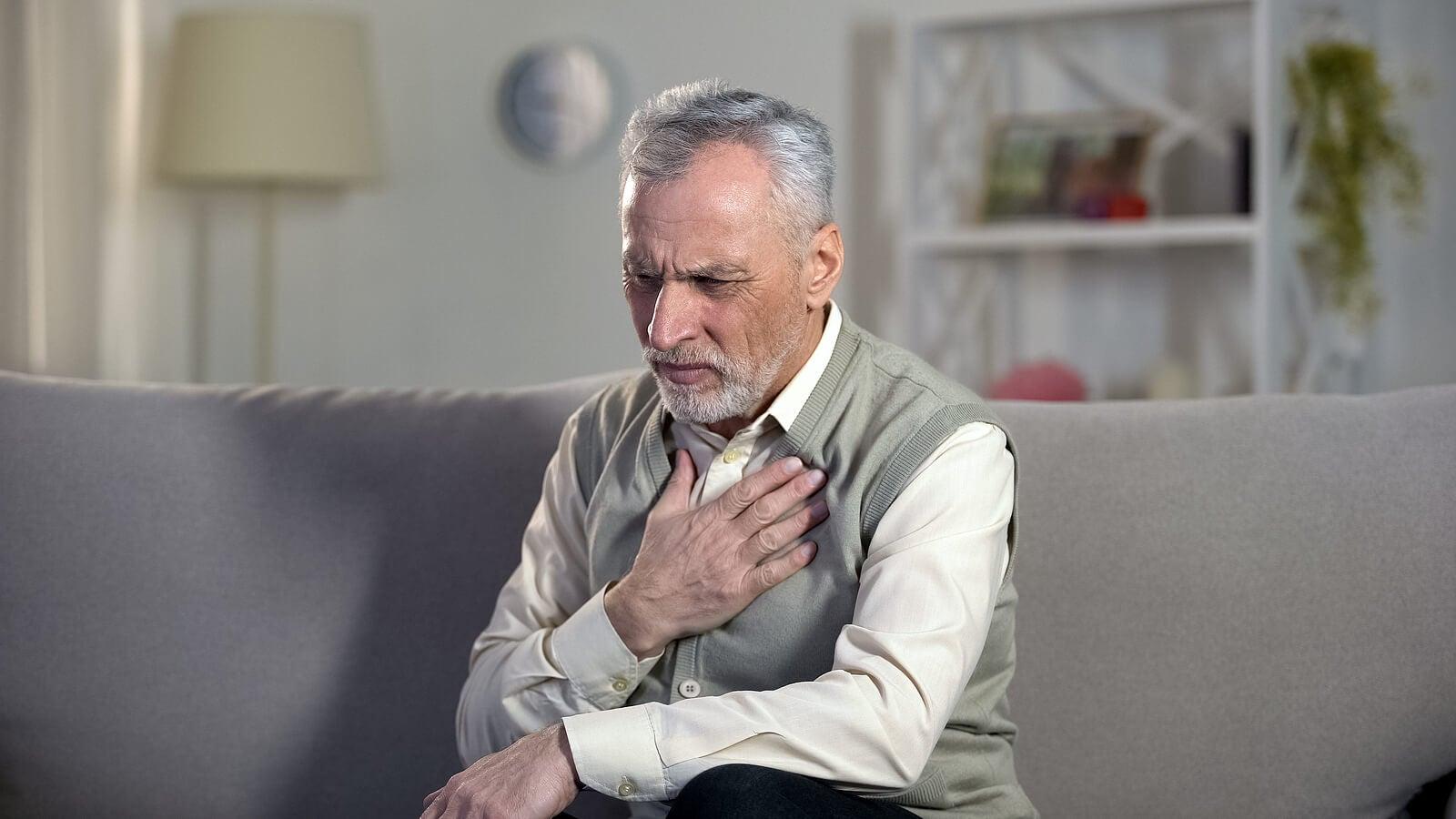 As causas do câncer de pulmão incluem idade avançada.
