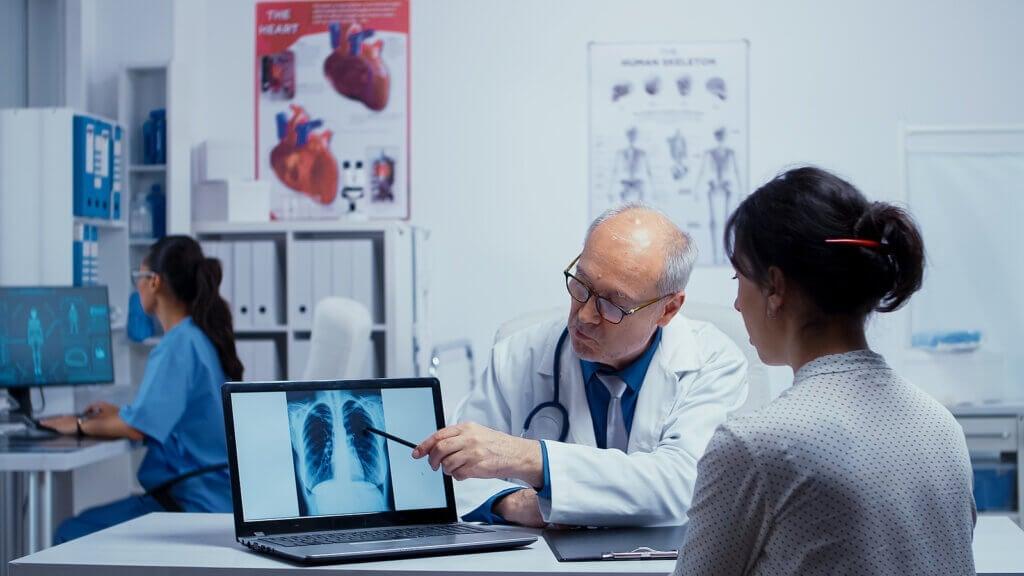 Traitement de la pneumonie: médicaments et autres conseils