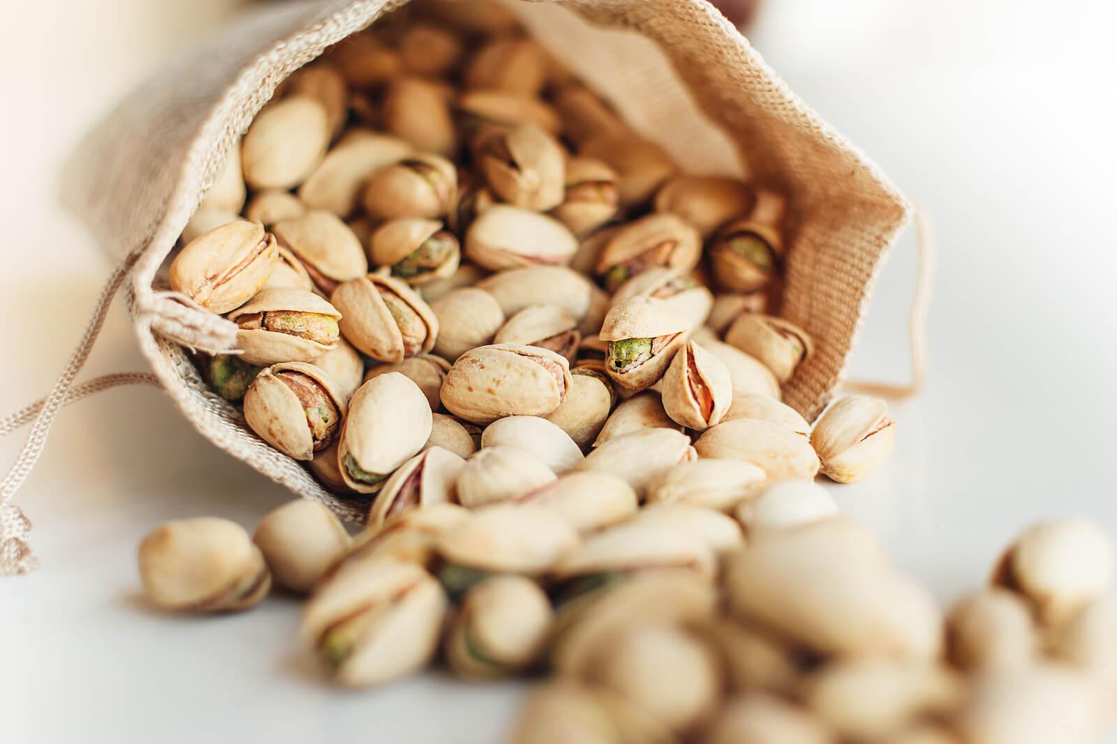 Entre los alimentos crudos buenos para la salud están los frutos secos
